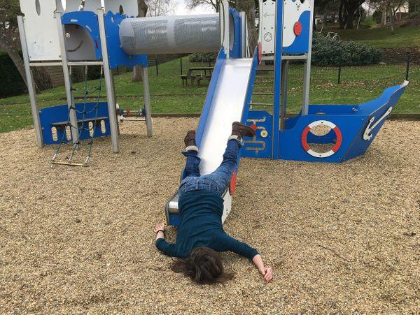 Dans un parc à jeux pour enfant, l'artiste Pauline Balthazar Cabioc'h, inerte