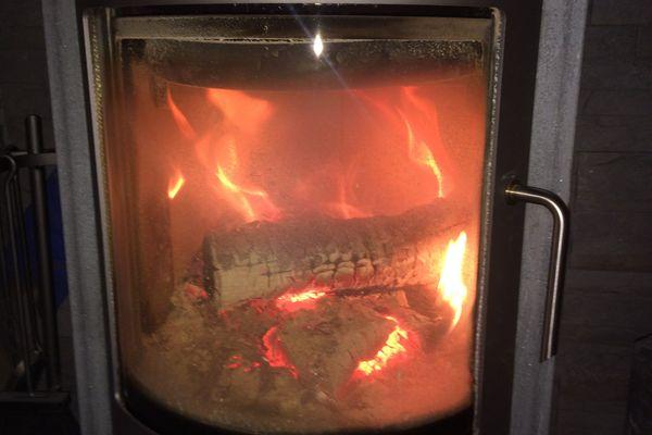 Avec l'arrivée de la vague de froid polaire, les poêles à bois connaissent un vif succès dans le Puy-de-Dôme.