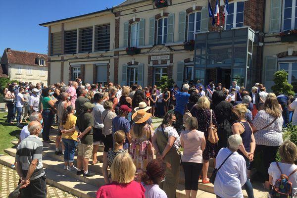 Plus de 200 personnes se sont réunies à 12h30 sur le parvis de la mairie de Monéteau pour rendre hommage à la victime. Une minute de silence a été respectée.
