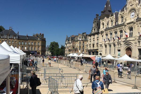 La place de l'hôtel de ville dans le quartier de Mézières reçoit pour la première fois le marché des producteurs de pays