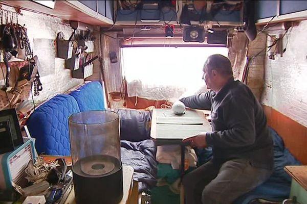 """A l'intérieur d'un  utilitaire J9 Peugeot transformé en """"habitat mobile"""" par un travailleur qui habite dans ce véhicule"""