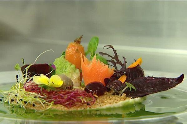 Une assiette colorée préparée par le chef étoilé du restaurant Goûts et couleurs à toulouse.