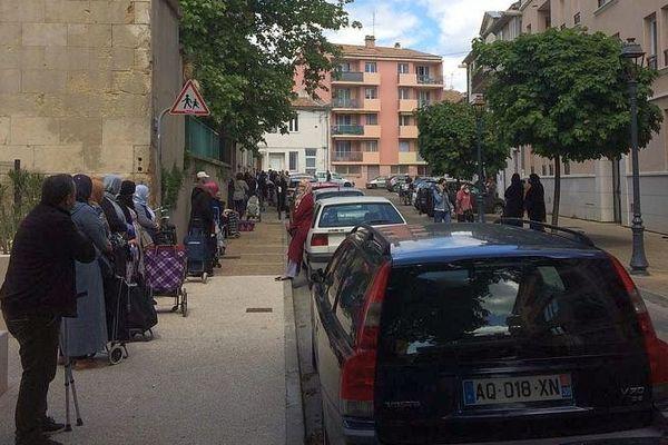 Nîmes - les bénéficiaires de l'Association Protestante d'Assistance attendent sur le trottoir la distribution de denrées alimentaires - mai 2020.