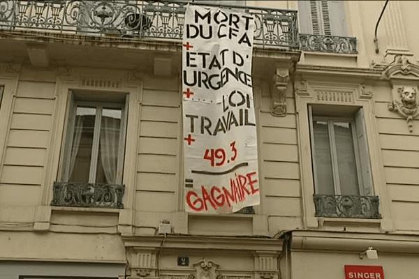 12 mai 2016 : des manifestants anti-loi travail investissent la permanence du député socialiste Jean-Louis Gagnaire et déploient une banderole