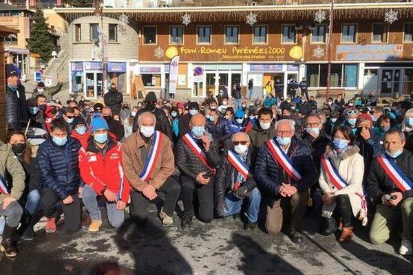 A Font Romeu, près de 200 personnes se sont rassemblées genou à terre et le poing levé pour réclamer l'ouverture des stations de ski pour les vacances de Noël.