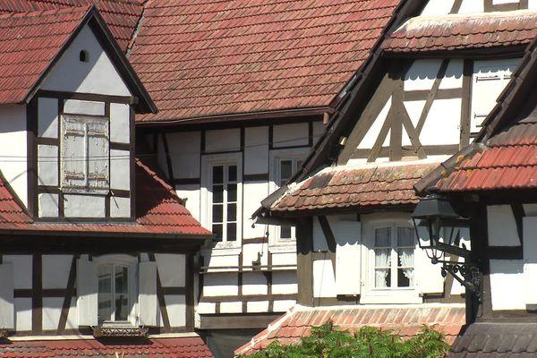 La construction de ces maisons blanches si typiques de la commune, remonterait au 18e siècle. Elles ont gardé la couleur naturelle de la chaux.