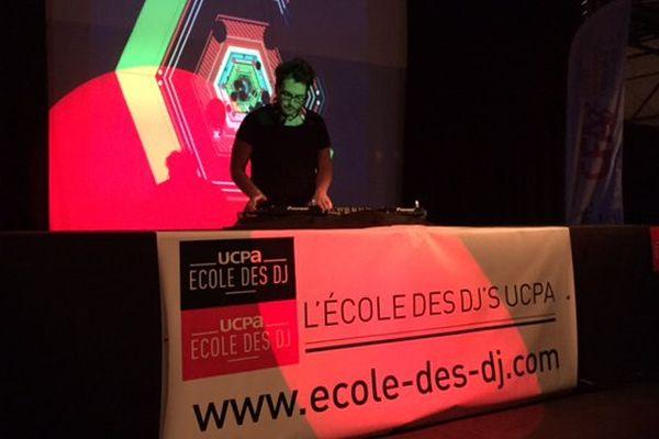 Un apprenti DJ en pleine session musicale