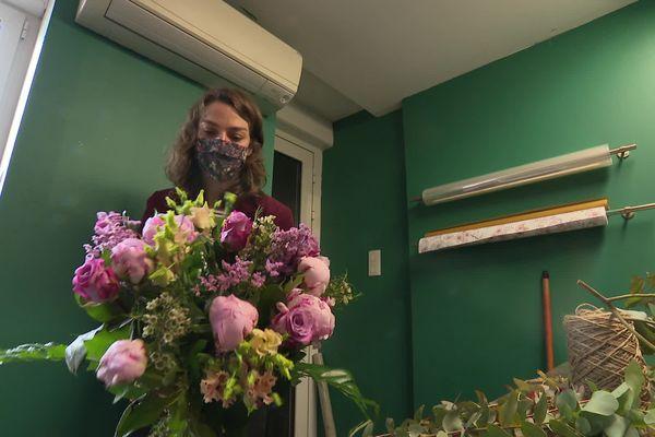 Des tons roses, des fleurs de saison pour les bouquets de fête des mères: Fanny maîtrise l'art des compositions !