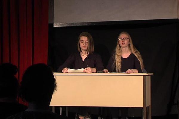 Sur scène, deux élèves de l'Epid-Vauban de Dunkerque présentent une pièce sur le harcèlement scolaire