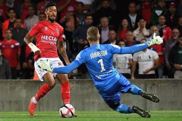 le milieu de terrain Denis Bouanga (EA Guingamp) face gardien Nîmois Johnson