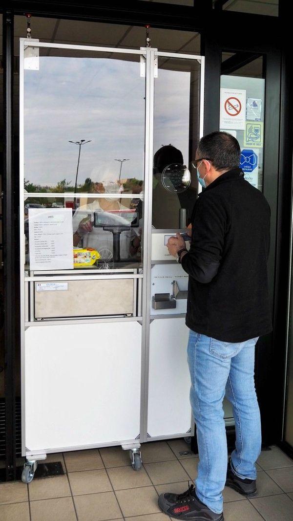 La porte de protection mobile veut empêcher tout contact entre le vendeur et le client.