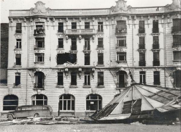 Vue de l'Hôtel Impérial et du Kiosque, endommagés boulevard Sainte Beuve, à Boulogne-sur-mer, le 10 mai 1940.