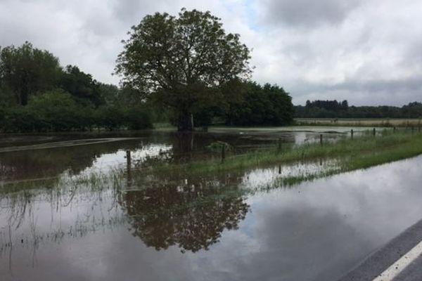 Route inondée et bloquée