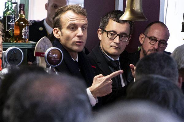 Gérald Darmanin (à droite), accompagnant Emmanuel Macron dans un bar à Lens le 9 novembre 2018.
