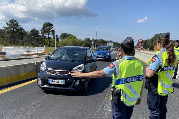 La gendarmerie d'Arcachon contrôle l'entrée du Bassin en ce samedi 11 avril 2020, premier jour du week-end de Pâques en confinement.