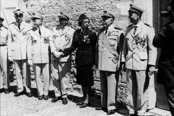 Joséphine Baker photographiée après avoir été récompensée de la Légion d'Honneur et de la Croix de Guerre avec palmes des mains du général Martial Valin, le 19 août 1961.