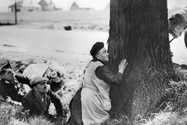 Des populations civiles fuyant l'avancée des troupes allemandes partent sur les routes en exode, en mai 1940, pendant la seconde guerre mondiale.