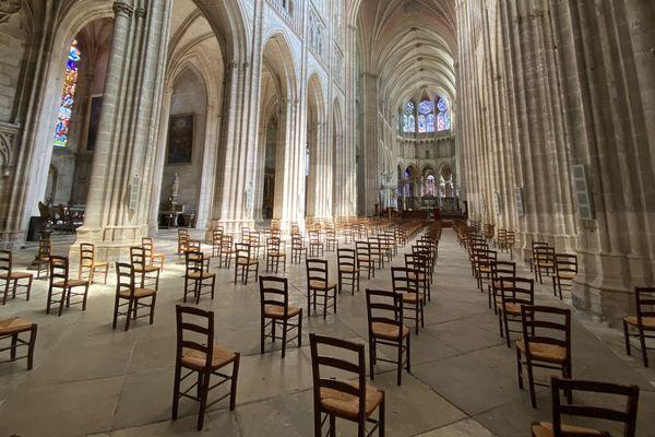 La cathédrale d'Auxerre est prête à accueillir ses fidèles. Les chaises ont été espacées d'un mètre de distance.