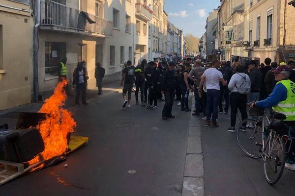 Samedi 30 mars, des poubelles sont en feu à l'angle de la rue Demolombe, près de la place Saint-Sauveur.