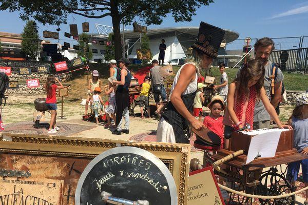 """""""La Manufacture Sonore"""" est une exposition visuelle est sonore de sculptures musicales interactives et ludiques, en continu tous les jours au Collectif des Alpes, Chalon dans la rue 2017"""