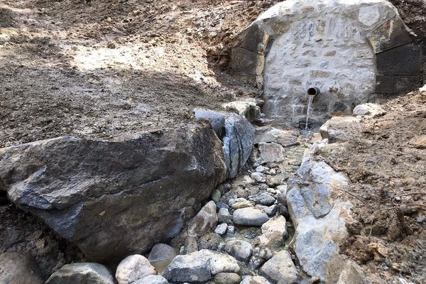 Les aménagements autour de la source de Croisat (Puy-de-Dôme) sont désormais détruits.