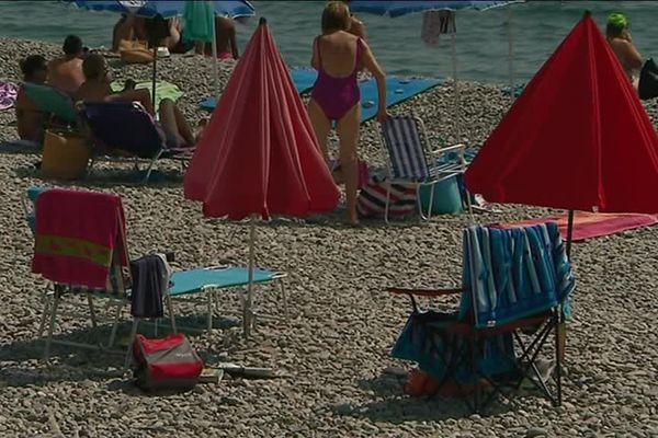 Des transats vides sur la plage de Roquebrune-Cap-Martin.