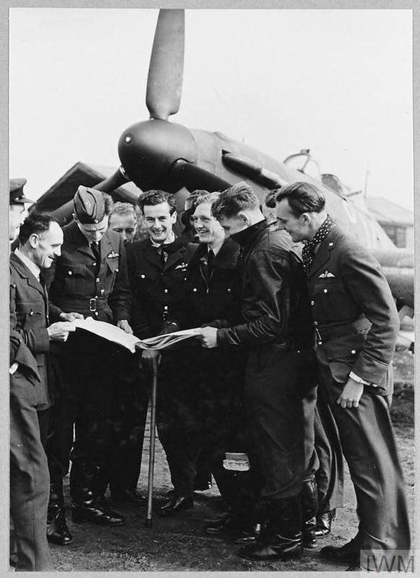 Peter Townsend (au centre) photographié avec une canne, le 14 octobre 1940.