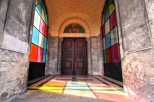 L'entrée de l'église, en 2019.