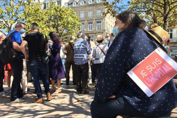 Une quarantaine de manifestants se sont réunis place d'Aine à Limoges pour défendre l'hôpital public.