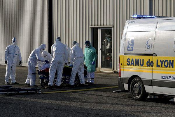 Bron  - Transfert par avion d'un patient Covid hospitalisé à Lyon au départ de l'aéroport Lyon-Bron vers la région Nouvel Aquitaine. archives du 26 Octobre 2020