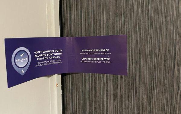 Certains hôtels apposent des scellés sur les chambres pour assurer aux futurs occupants que personne n'y a mis les pieds, une fois la pièce nettoyée et désinfectée.
