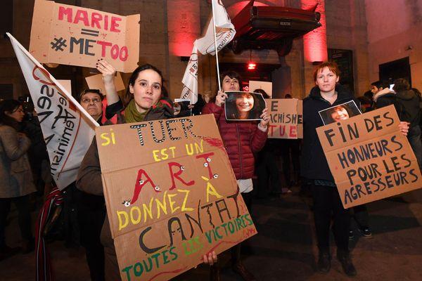 Lundi soir, Bertrand Cantat, le chanteur de rock se produisait au Rockstore à Montpellier, où une soixantaine de militants pour les droits des femmes a interpellé avec véhémence la file de spectateurs se pressant à l'entrée de la salle.