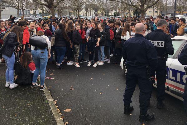 Protestation devant un lycée de Saint-Brieuc ce mercredi 5 décembre