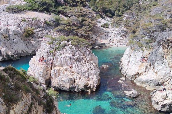 Proche de Marseille, la calanque de Sugiton accueille jusqu'à 2.500 personnes certains jours d'été.