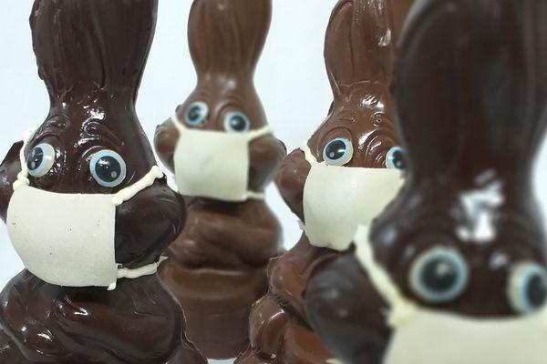 Des lapins en chocolat avec un masque, une création inattendue pour Pâques 2020