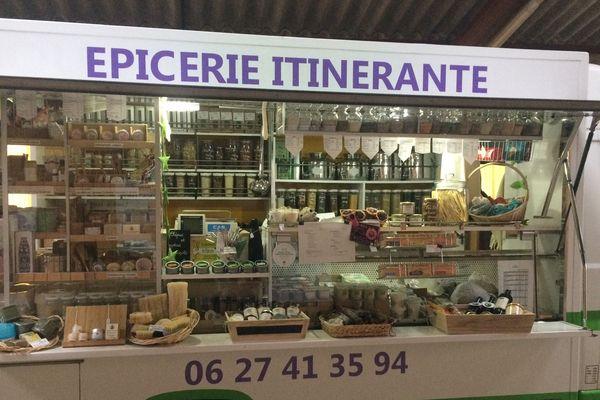 L'épicerie itinérante 'bohème' propose des produits alimentaires locaux, bio, mais aussi des cosmétiques et des produits d'entretien.