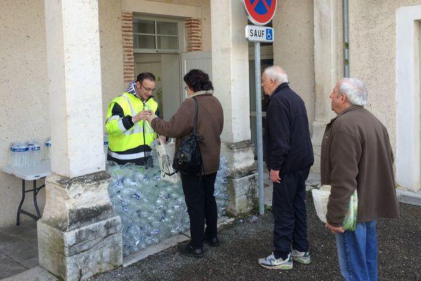 La distribution de bouteilles d'eau se poursuit à Cahors (46).