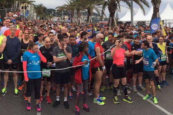 Les semi-marathoniens sur la ligne de départ, prêts à en découdre.