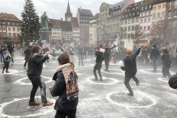 Un peu plus d'une centaine de manifestants ont crié leur colère, place Kléber à Strasbourg ce mardi 15 décembre, après l'annonce du report de la réouverture de salles de spectacle.