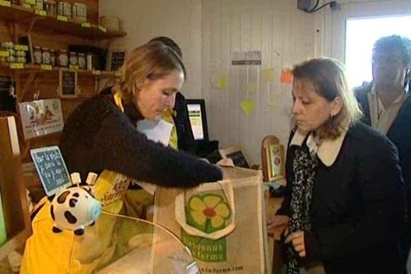 Les clients sont nombreux à venir chercher leurs produits frais.