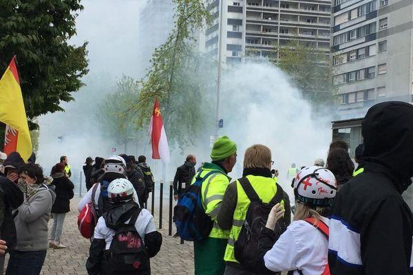 Le quartier de l'Esplanade est à son tour envahi par les gaz lacrymogènes.
