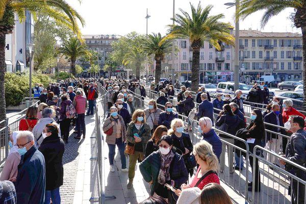 A Nice, au centre de vaccination du Palais des Expositions, des personnes de tous âges font la queue.