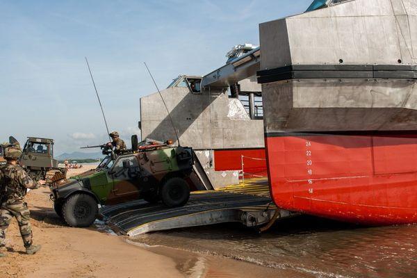 D-DAY, Exercice CATAMARAN 2014 Un débarquement de véhicules et de troupes de l'armée de terre a lieu sur la plage de Saint-Aygulf, près de Fréjus. Chalands de transport de matériel (CTM) et engin de débarquement amphibie rapide (EDA-R) depuis le bâtiment de projection et de commandement (BPC) Tonnerre et du transport de chaland de débarquement (TCD) Siroco. Date de prise de vue : 20/10/2014