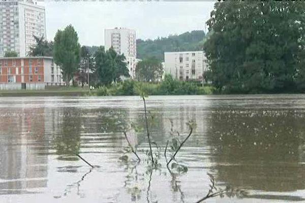 Le niveau de l'eau est extrêmement haut à Elbeuf (Seine-Maritime)