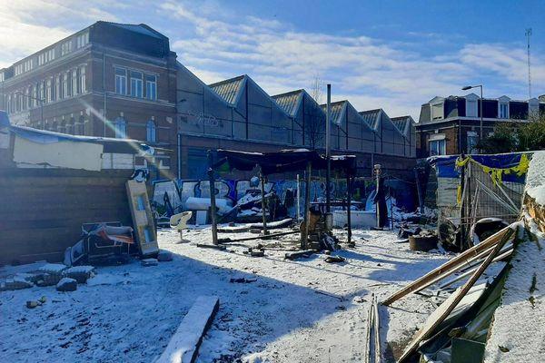 Le campement de la friche Saint-Sauveur sous la neige à Lille, où une cinquantaine de réfugiés survivent depuis plusieurs mois.