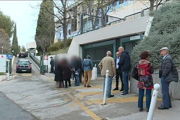 Les habitants et les salariés de Var Habitat devant la préfecture du Var mardi 2 avril.
