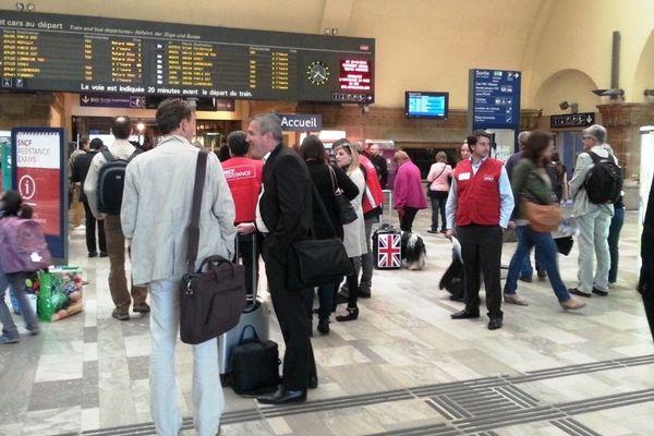 """Attente autour des """"gilets rouges"""" de la SNCF, en gare de Metz, lundi 16 juin 2014."""