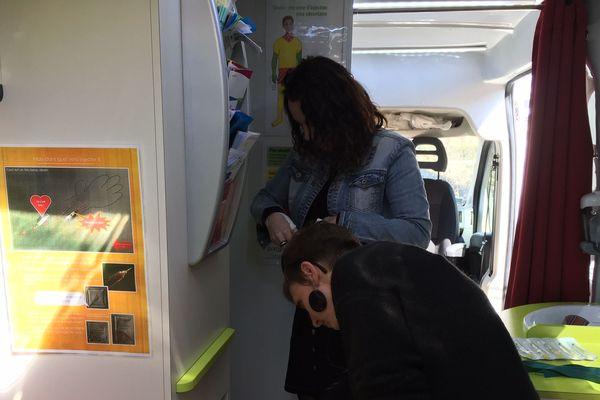 En Haute-Loire à bord du camion créé pour prévenir les toxicomanes des risques de sida, une éducatrice et une infirmière distribuent conseils et matériels.