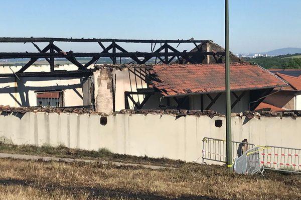 400 m2 et une grande partie de la toiture ont été détruits par les flammes.