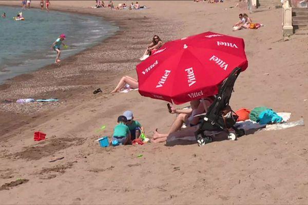 La plage d'Agay (Var) accueille à nouveau des baigneurs, tenus de respecter les règles de distanciation sociale.